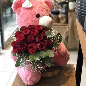 sevimli ayıcık ve kırmızı güller