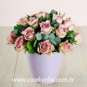 Seramik Vazoda lila Güller