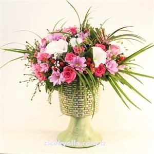Kupa Seramik İçerisinde Pembe Gül Ve Kır Çiçekleri
