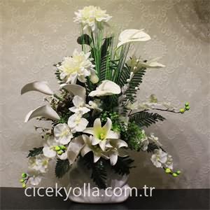 Beyazlar İçinde Yapay Çiçek